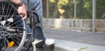 Rollstuhlfahrer stösst auf ein Hindernis